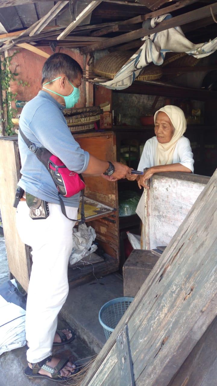 Pembagian masker secara gratis kepada Pedagang Asongan di Lingkungan Kelurahan Mantrijeron