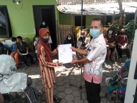 Penyerahan Akta Kematian Program Three In One bagi Warga Mangkuyudan Kelurahan Mantrijeron